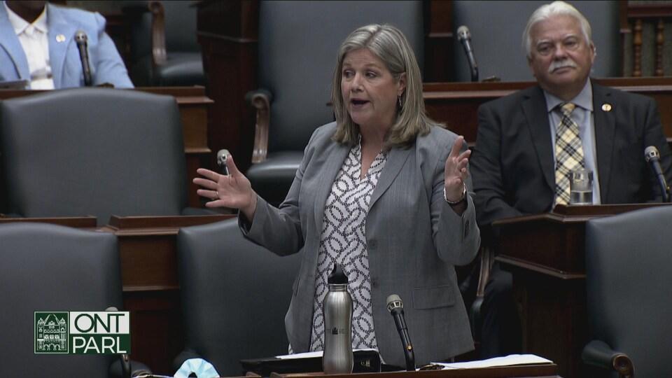 La chef de l'opposition, Andrea Horwath, pose une question en Chambre.