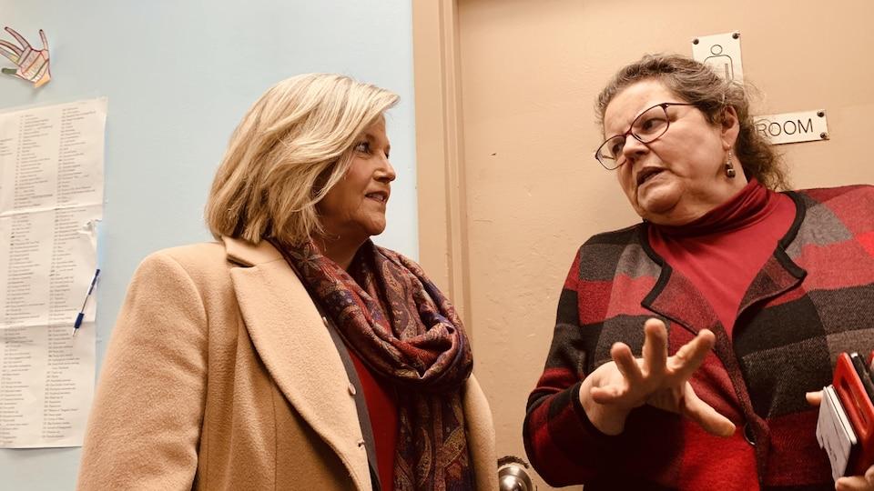 Andrea Horwath discute avec Wendy Muckle.