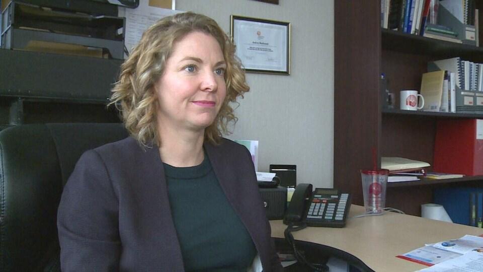 Andrea MacDonald, directrice générale de Centraide Île-du-Prince-Édouard, donne une entrevue à son bureau.