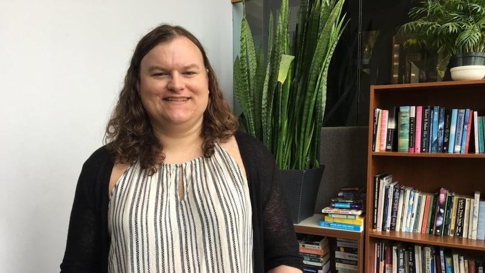 Andrea MacPherson pose pour la photo dans son bureau.