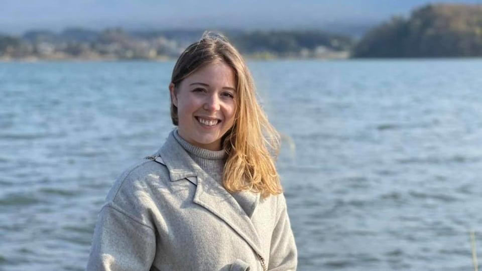 Andréanne Parent près d'un lac