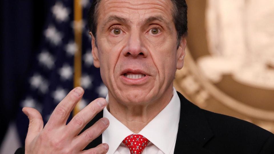 Gros plan du gouverneur de l'État de New York, Andrew Cuomo.