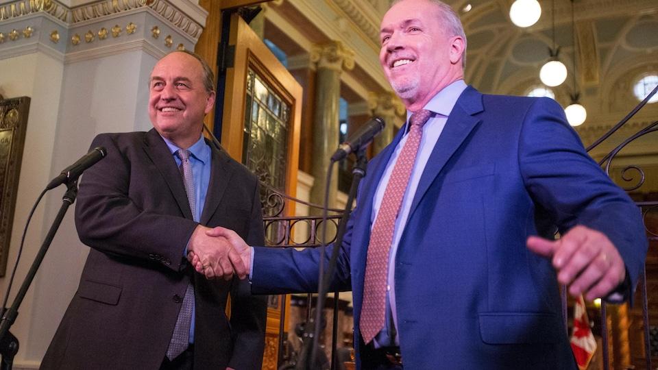 Le leader du Parti vert Andrew Weaver (gauche) et son homologue néo-démocrate John Horgan (droite)