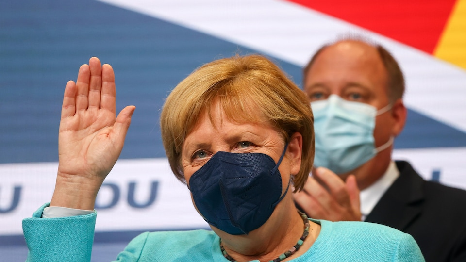 Angela Merkel salue la foule.