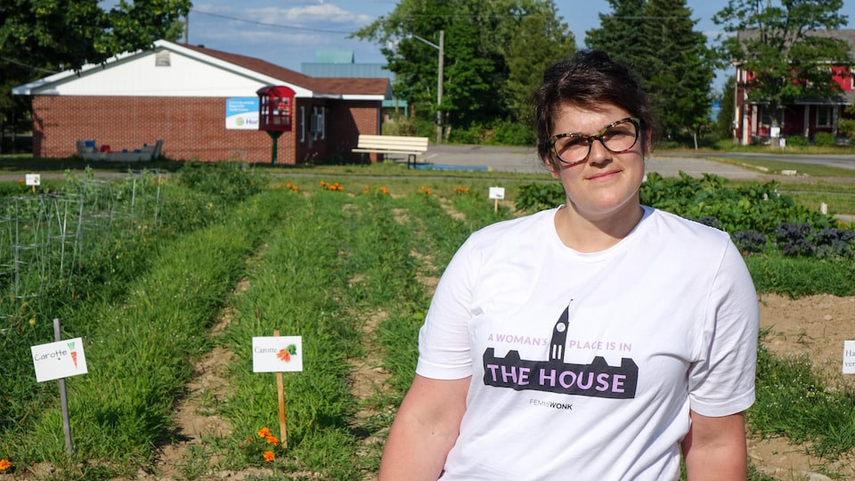 Angèle McCaie devant le jardin communautaire de Rogersville, au Nouveau-Brunswick.