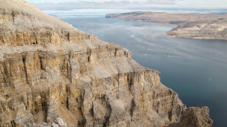 La formation rocheuse Angmaat surplombant le détroit de Tremblay, sur l'île de Baffin.