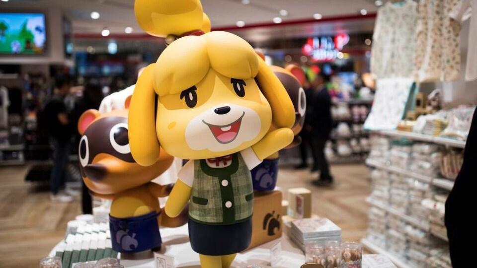 Des figurines représentant les personnages du jeu vidéo sont installées dans un magasin.