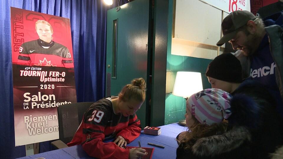La hockeyeuse Ann-Sophie Bettez en pleine séance d'autographes.