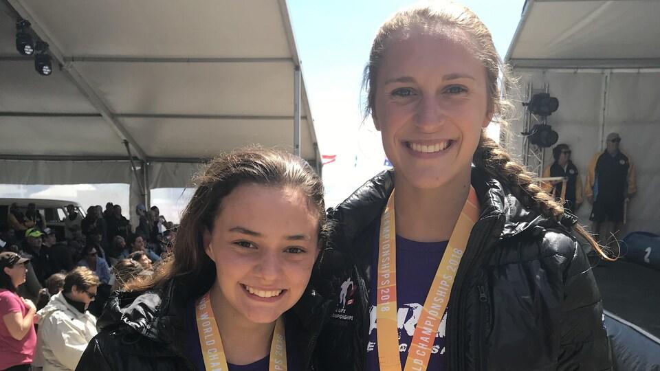 Deux jeunes filles posent avec leurs médailles d'argent.