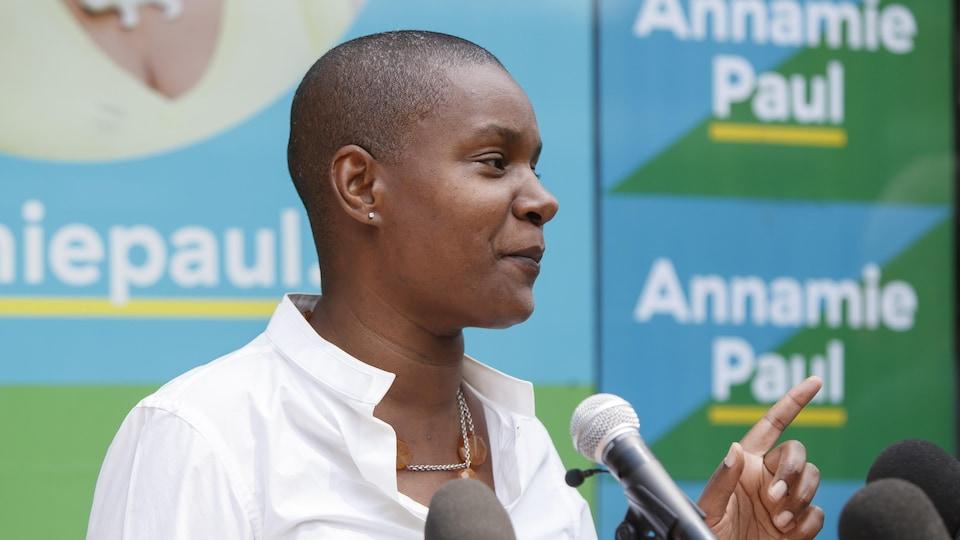 La cheffe du Parti vert du Canada, Annamie Paul, répond à des questions lors d'un point de presse à Toronto, le 22 juillet 2021.