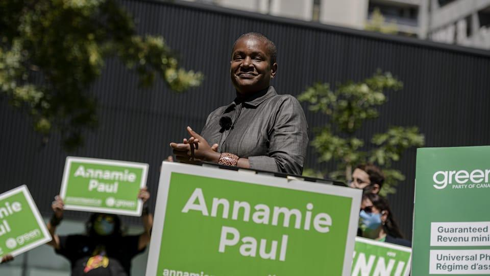 Annamie Paul entourée de pancartes des verts portant son nom.