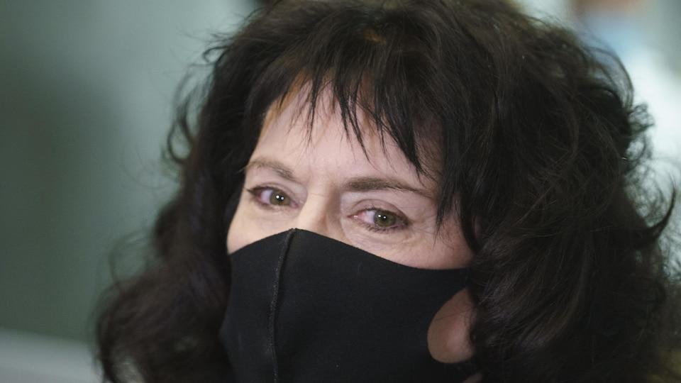 Annick Charette, masquée.