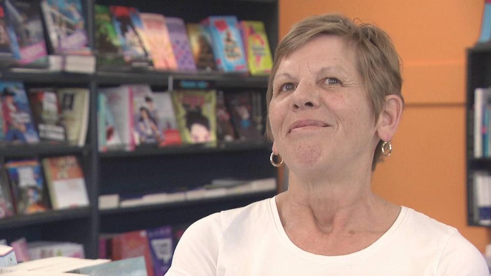 Annie Bourdages dans sa librairie.