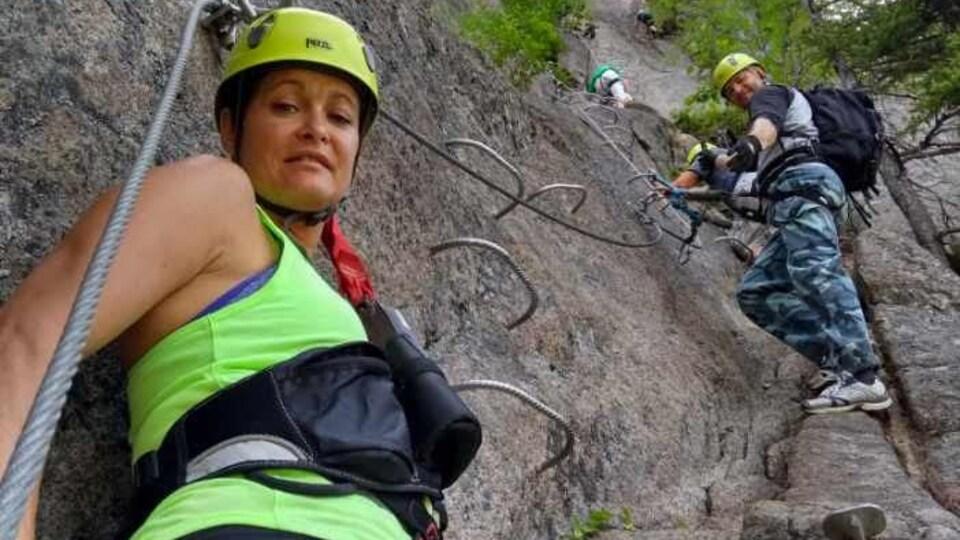 Annie Dionne en tenue d'escalade sur un rocher.