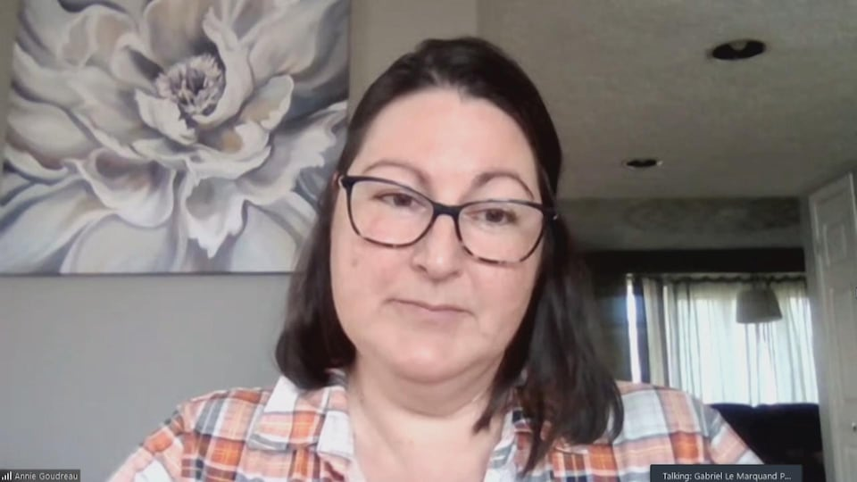 Une femme accorde une entrevue via visioconférence.