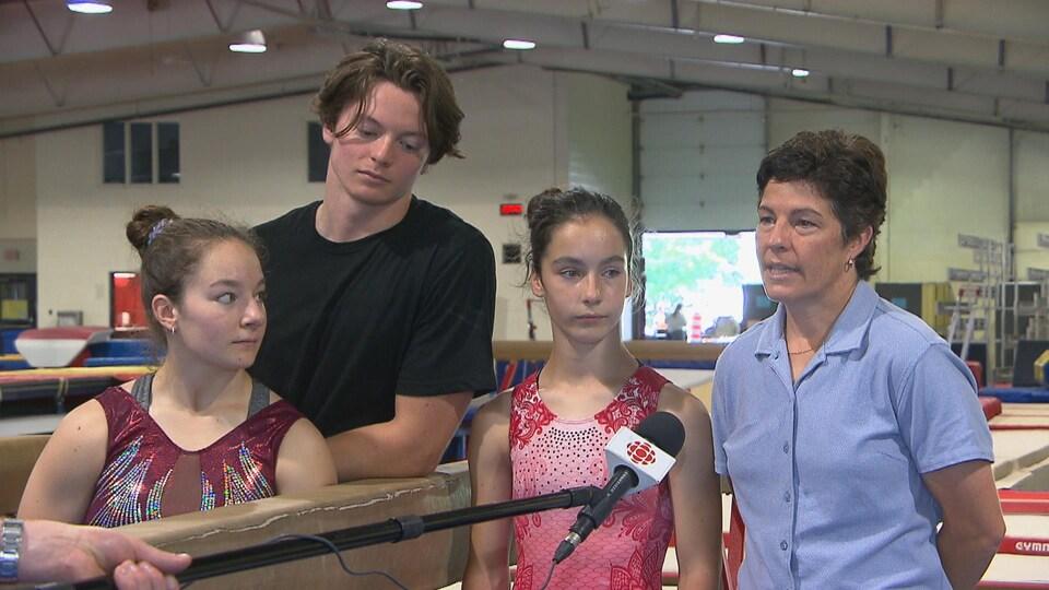 Annie Perreault entourée de ses enfants Raphaëlle, William et Alexandra.