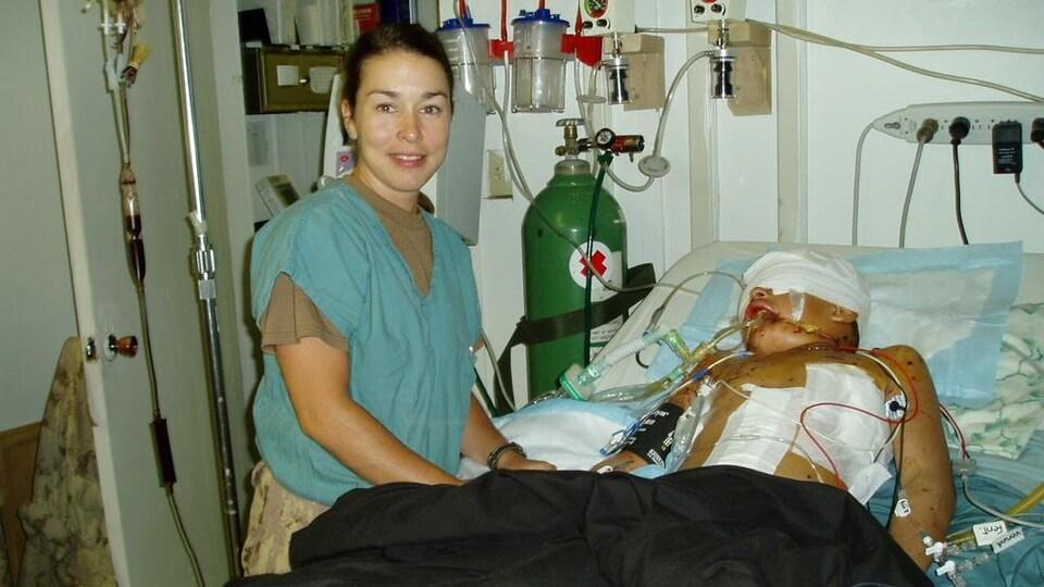 Annie Tétrault au chevet d'un blessé à l'hôpital.