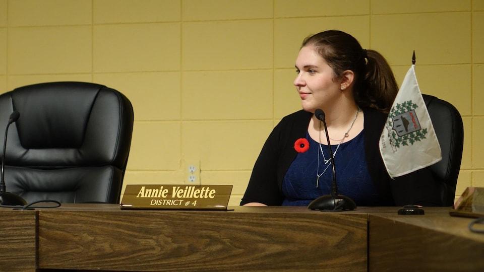 La conseillère Annie Veillette à son poste à la table du conseil municipal de Matane