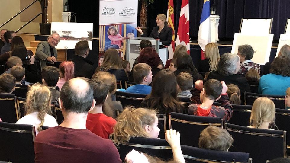 La ministre Mélanie Joly fait son annonce devant une foule réjouie, à Summerside.