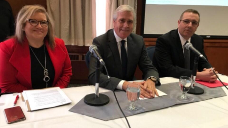 (De gauche à droite) La députée libérale du Labrador, Yvonne Jones, le premier ministre de Terre-Neuve-et-Labrador, Dwight Ball, et le ministre des Transports, Steve Crocker, durant le dévoilement de l'étude sur le tunnel.