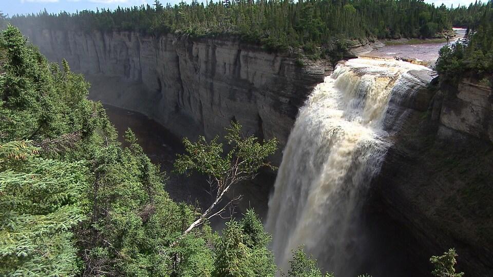 La majestueuse chute Vauréal constitue un joyau du parc national de l'île d'Anticosti