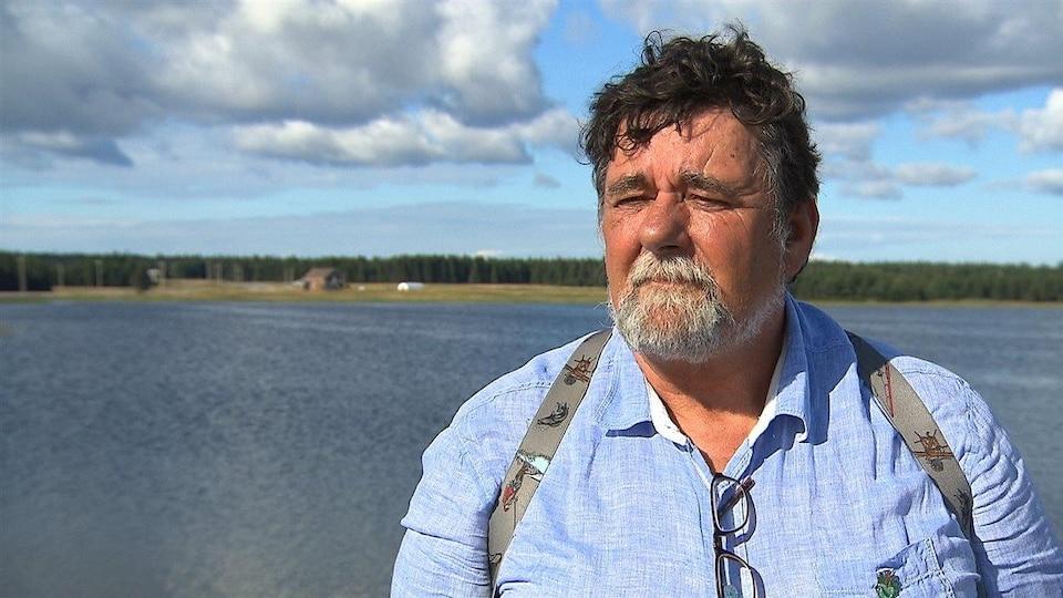 John Pineault en entrevue devant le fleuve.