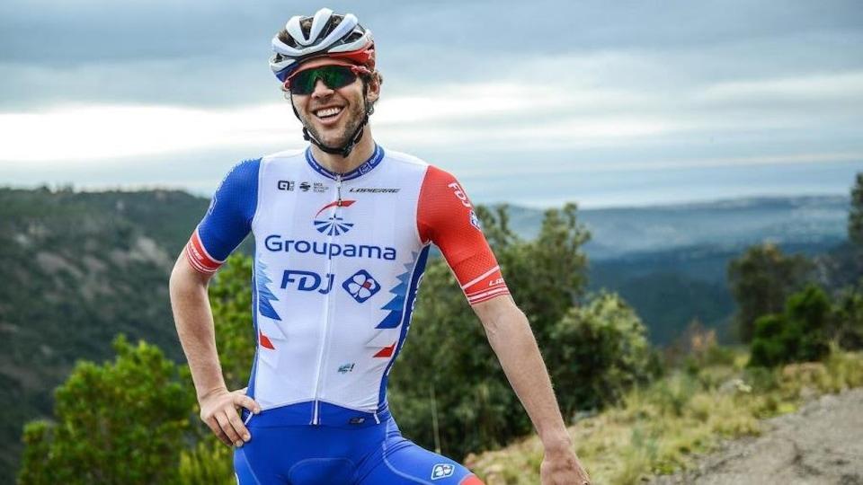 Antoine Duchesne chevauche son vélo. Il est souriant.