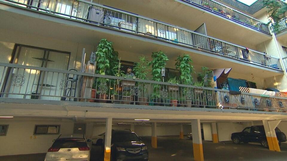 Un balcon d'immeuble à logements.