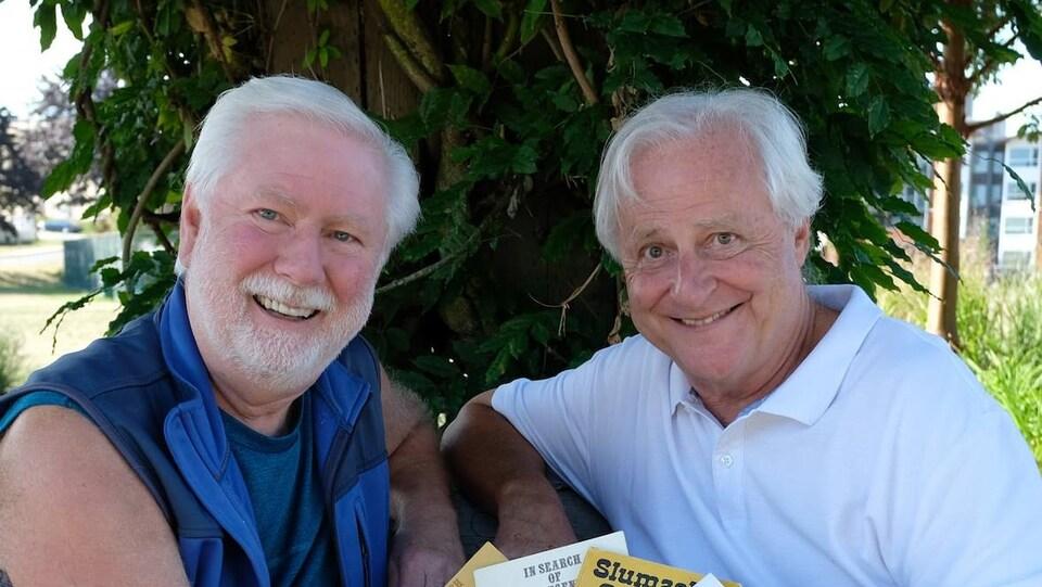 Deux hommes aux cheveux blancs.
