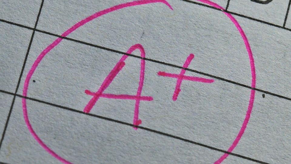 Un A+ griffonné sur un papier