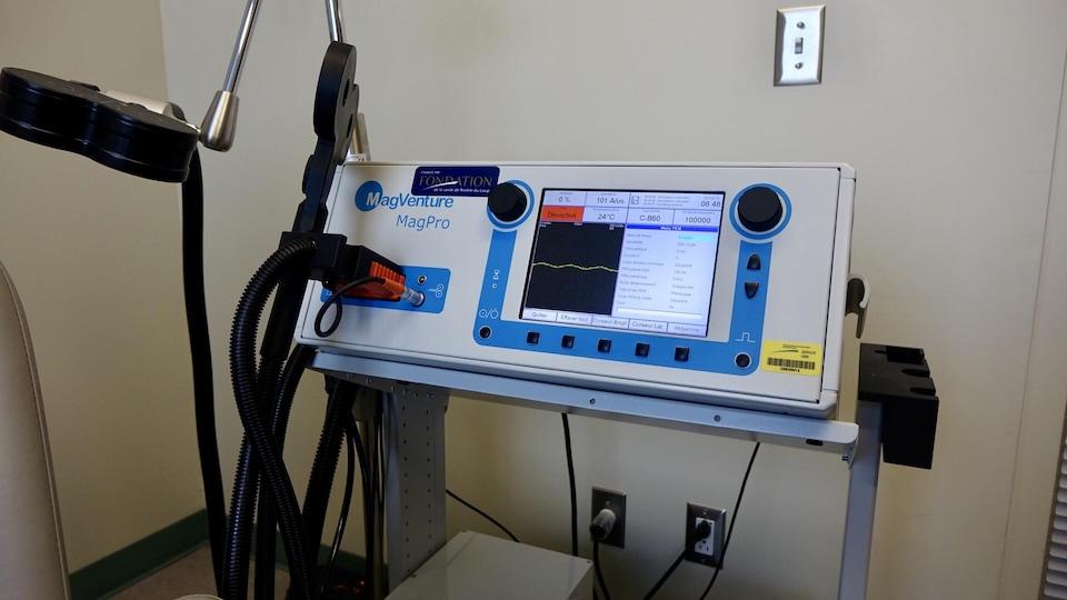 L'appareil de stimulation magnétique transcrânienne rTMS acheté par la Fondation du Centre hospitalier régional du Grand-Portage.