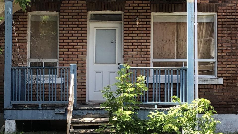 Un appartement avec les fenêtres placardées