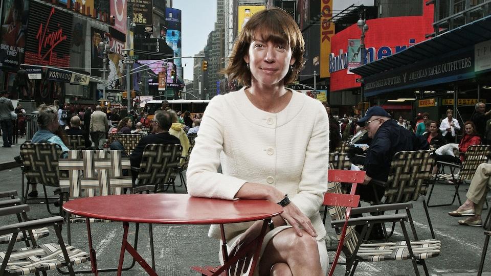 Janette Sadik-Khan est assise à une petite table sur Times Square à New York.