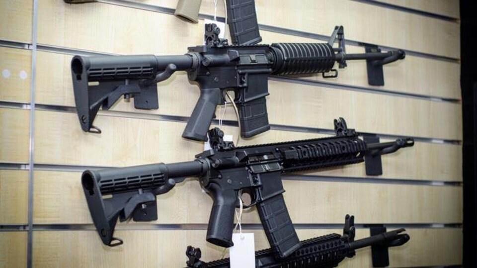 Des fusils d'assaut AR-15.