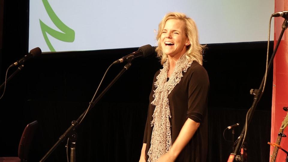 Monique Poirier sur scène lors du Radiothon de l'Arbre de l'espoir 2017.