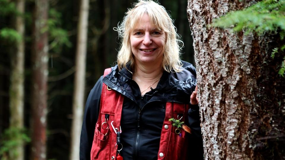 Une femme dans une forêt