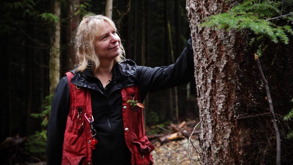 Suzanne Simard dans une forêt.