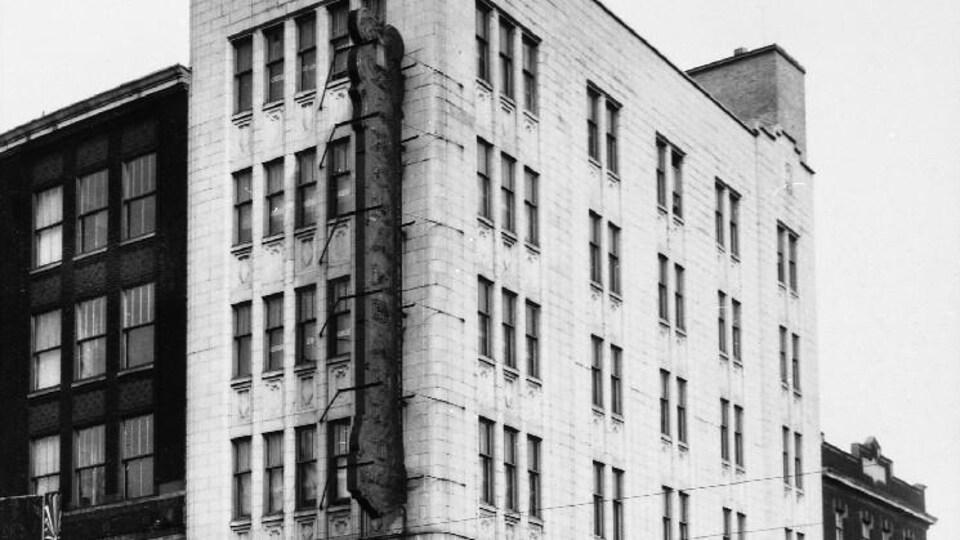 Photo en noir et blanc de l'immeuble.
