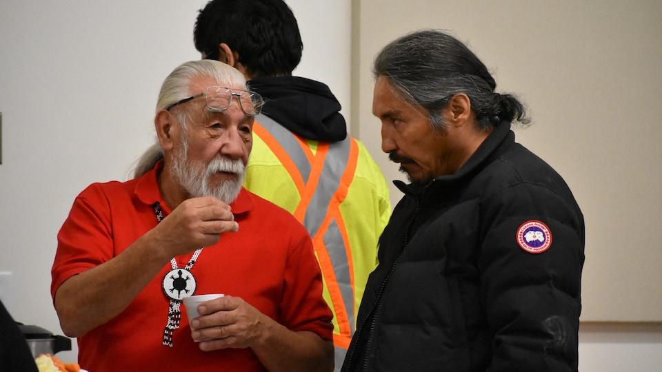 Le chef de la Première Nation crie de Mikisew Archie Waquan (à gauche) et le chef de la Première Nation chipewyanne d'Athabasca (à droite).
