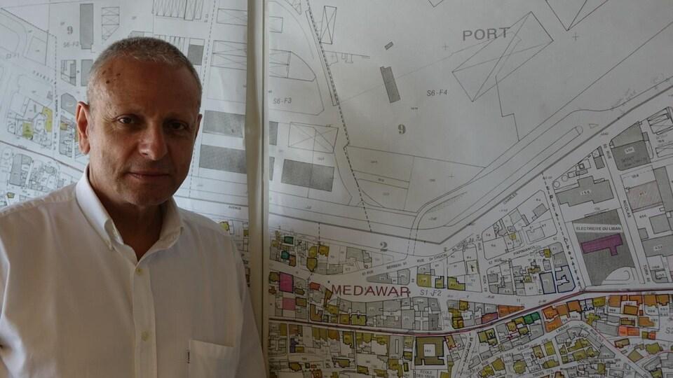 Devant un plan des quartiers portuaires.