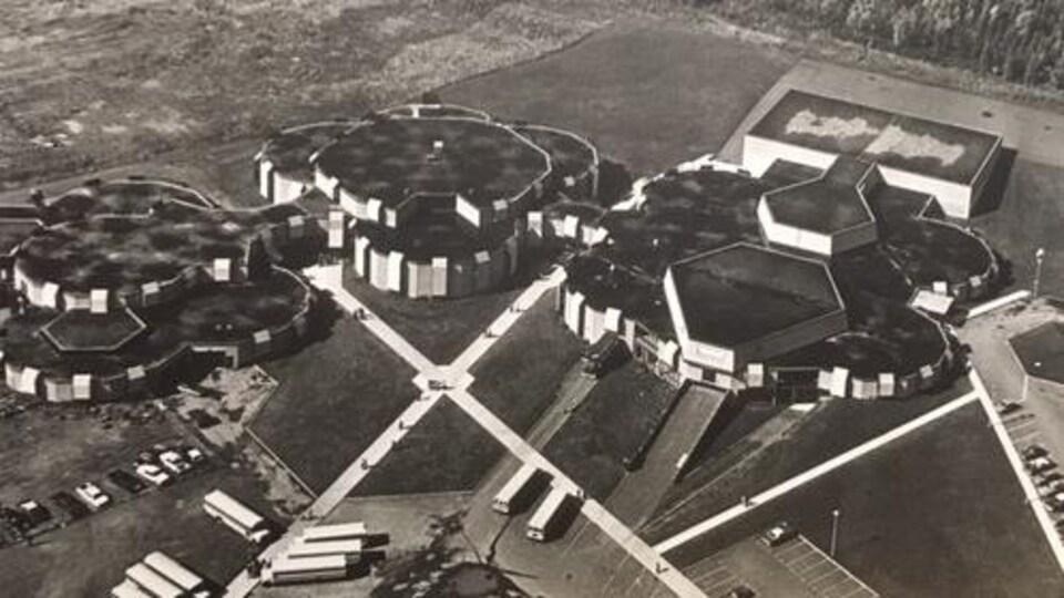 Vue aérienne de la polyvalente en noir et blanc.