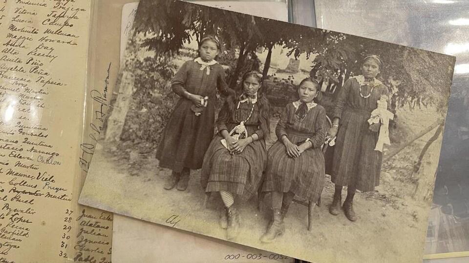 Une vieille photo de pensionnaires autochtones.