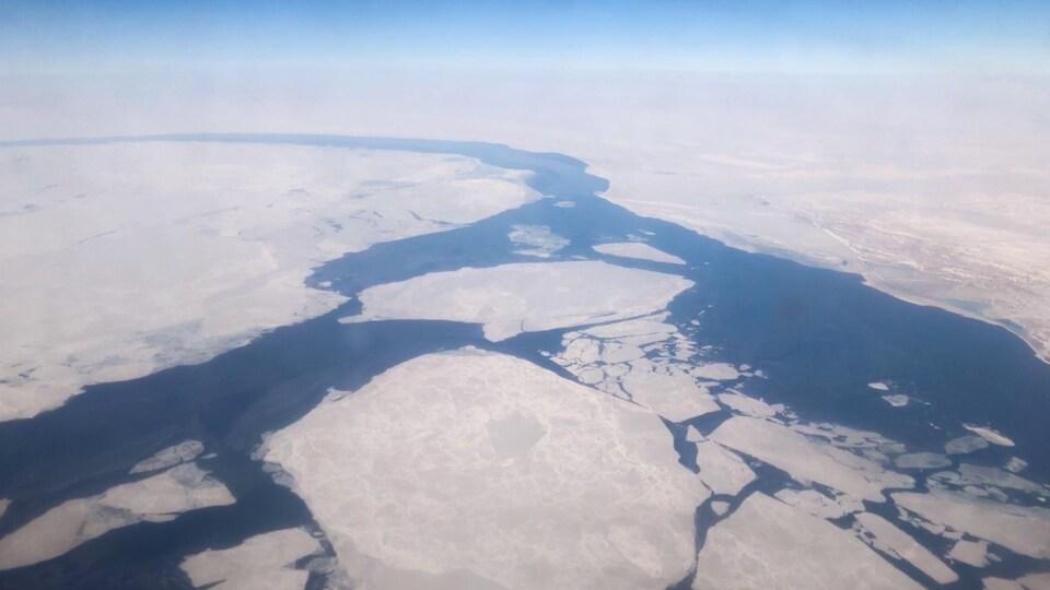 Un passage se forme à travers les glaces.