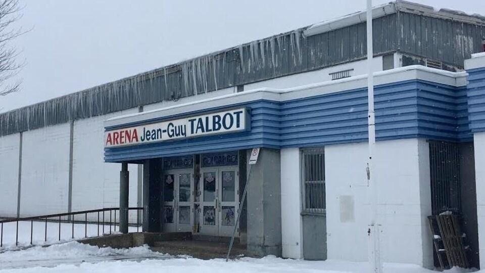 Extérieur de l'aréna en hiver.