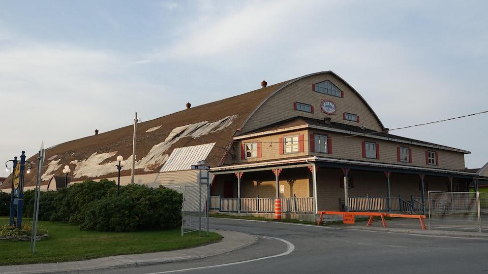 L'aréna Wendell-Chiasson se distingue par sa structure en arches de bois.