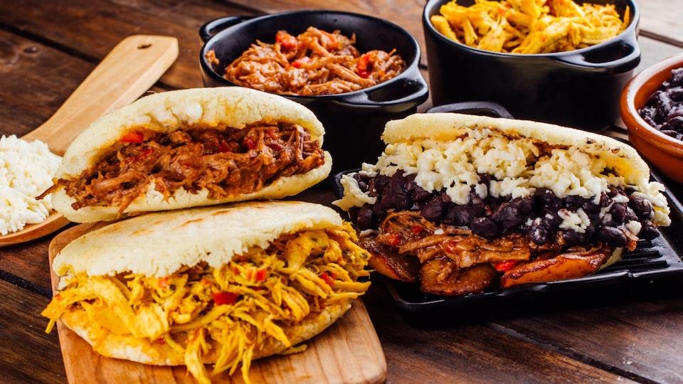 Des sandwichs ouverts et remplis de poulet et autres ingrédients.