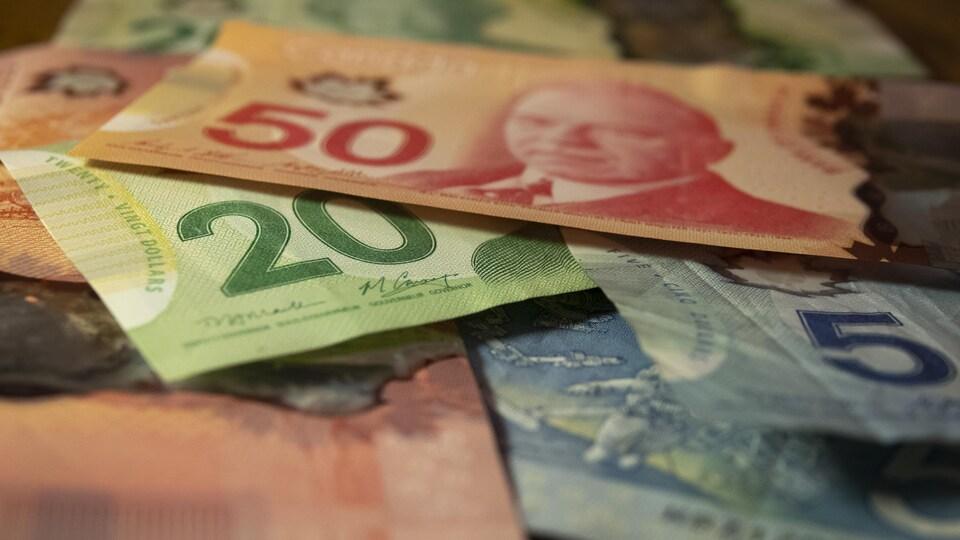 Des billets de banque canadiens.