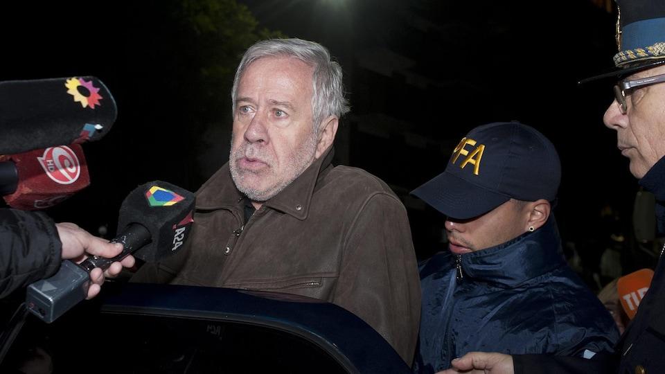 L'homme d'affaires argentin Gerardo Ferreyra est emmené en cour par la police.