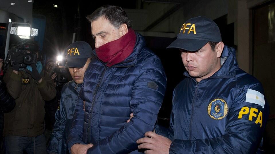 L'homme d'affaires argentin Javier Sanchez Caballero est interpellé par la police.