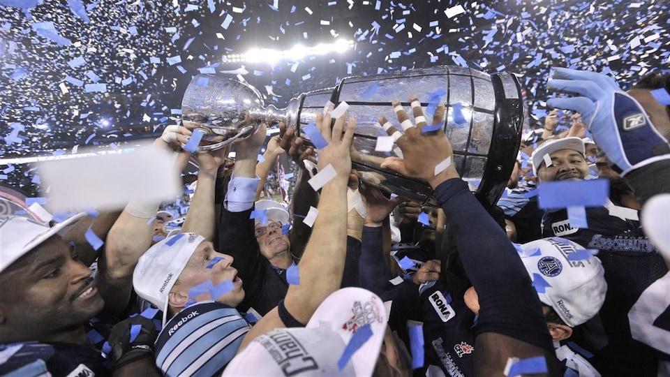 Les Argonauts de Toronto célèbrent leur conquête de la Coupe Grey. L'équipe soulève le trophée.